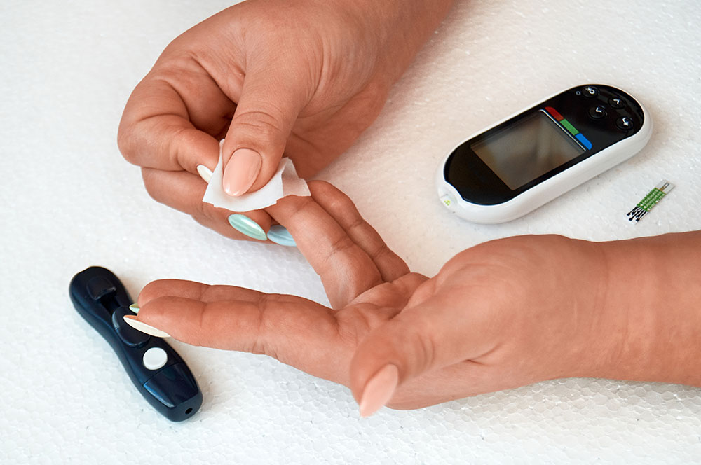 Does alcohol lower blood sugar in diabetics?